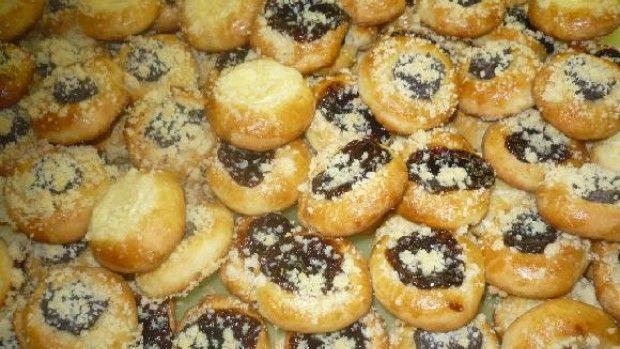 Hrníčkové svatební koláčky: Těsto 3 a 1/2 hrnku hladká mouka 4 žloutky 1 hrnek majonéza 6 lžic olej 8 lžic cukr 1 hrnek mléko 42 g kvasnice sůl žloutek na potření