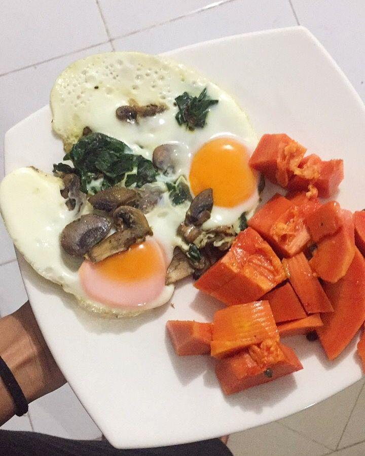 Desayuno sin carbohidratos almidonado: porción de papaya con dos huevos tipo frito (poquito de aceite de oliva en sartén antiadherente q Diego bajo) con champiñones y espinaca. Acompañado de un chocolate caliente hecho en agua con poquito de leche.