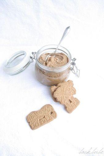 Hausgemachte Spekulatiuscreme: Zutaten (für ca. 500 ml) 300 g Gewürz-Spekulatius 20 g flüssiger Honig 1 TL Zimt 2 Prisen Salz 1 1/2 TL Spekulatiusgewürz 50 ml Sahne 130 g weiche Butter
