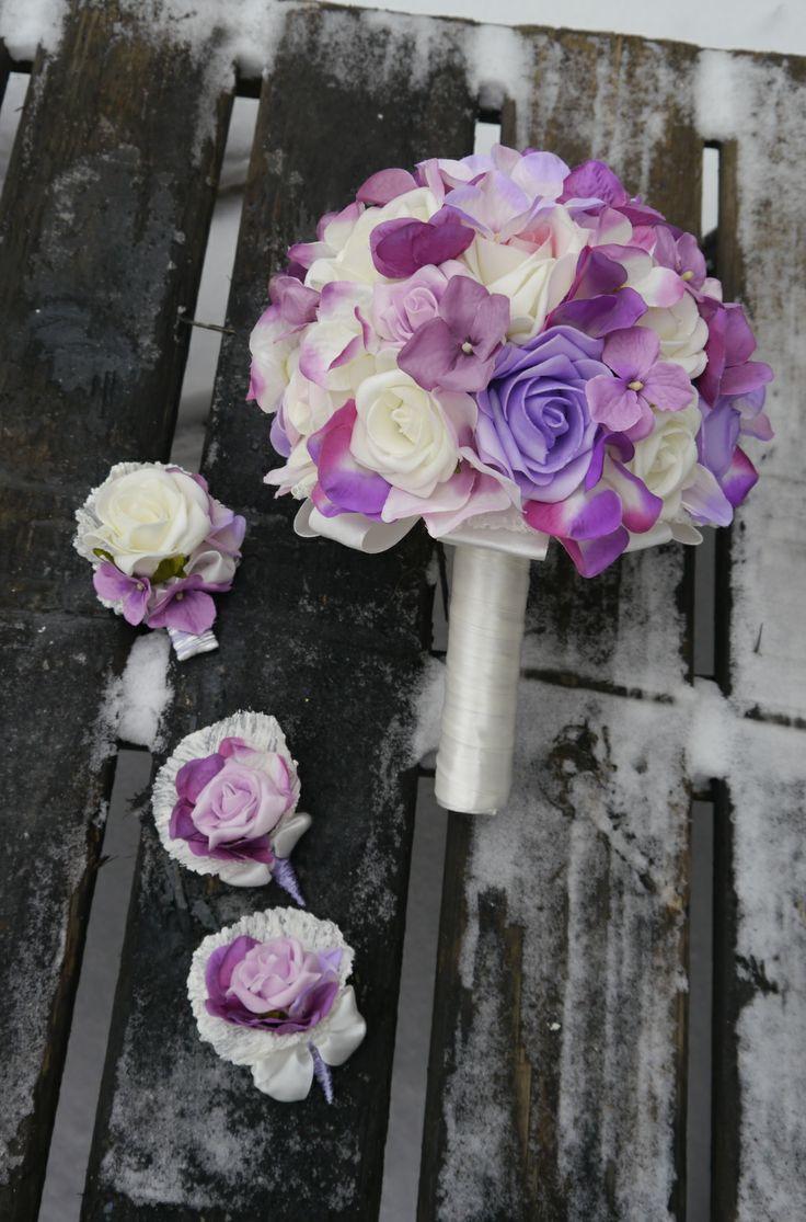 Nabízím výrobu netradičních svatebních kytic a dekorací. Kytice Vyrábím na zakázku dle požadavků nevěsty. Vše můžeme sladit do barev a stylu svatby. Dělám klasické vázané kytice z umělých květů nebo velmi netradiční kytice z knoflíků.