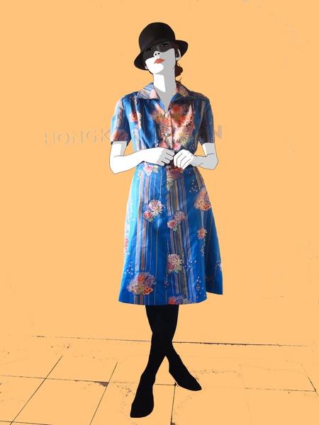 Abito estivo anni '70, con splendida stampa floreale su fondo blu brilante. Leggero e ampio, con allacciatura a bottoni nella parte superiore.