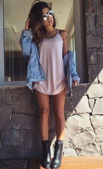 Look básico em tom de Rose ou aos mais adeptos o famoso rosa quartz , que conta com o diferencial da jaqueta jeans, complementando o look e trazendo ainda mais estilo a ele 《pinterest: @Lariifreitas 》