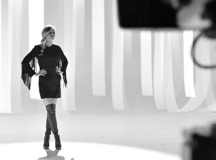 Ilary Blasi: A Le Iene sexy total black con frange e stivali cuissard. Le reazioni del web