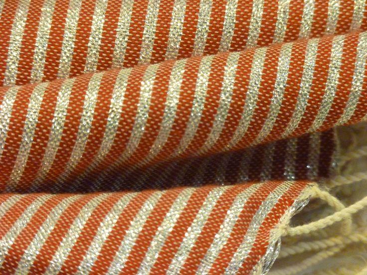 Preciosa foto detalle Fouta Lurex, granate con rayas en hilo de plata en ambos extremos Regalo perfecto para tu #amigoinvisible #papanoel #regaloreyes Precio: 18€ Pídelo en: myfouta.info@gmai... www.myfouta.wordpress,com