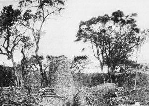 Fotografia storica dell'interno della cinta muraria del complesso principale di Grande Zimbabwe. È visibile la torre conica.
