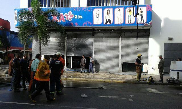 Fuerte incendio afecta importadora en la avenida Duarte