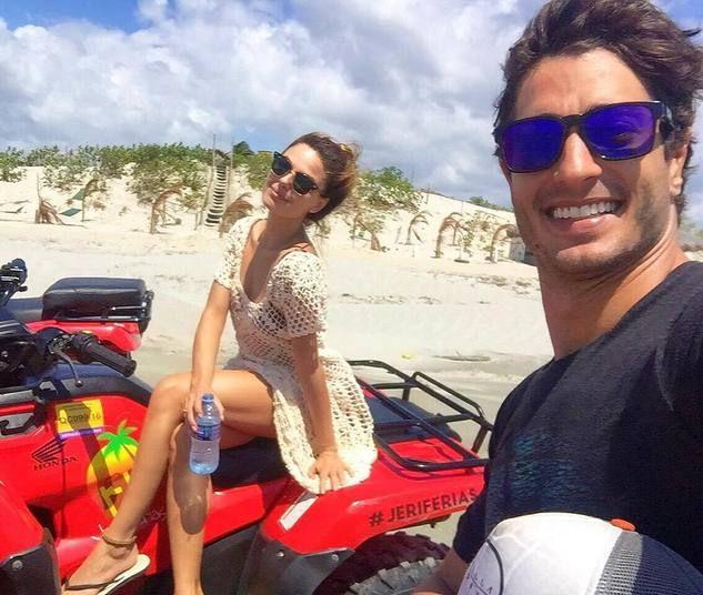 Isis Valverde e o namorado fazem selfie antes de passeio de buggy pelas dunas de Jeri