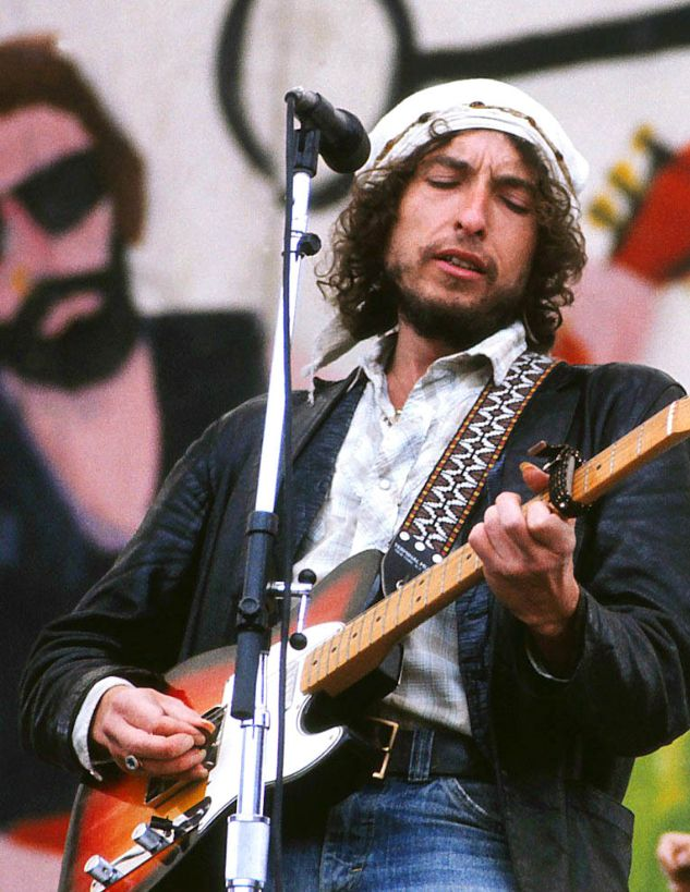 """Bob Dylan's Rolling Thunder Revue, Ft Collins CO, May 23, 1976, recorded for an NBC TV special """"Hard Rain"""", aired September 13. #fingernails"""