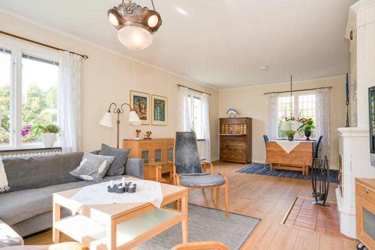 Fint vardagsrum där man blandat ny och gammal stil på ett fint sätt.