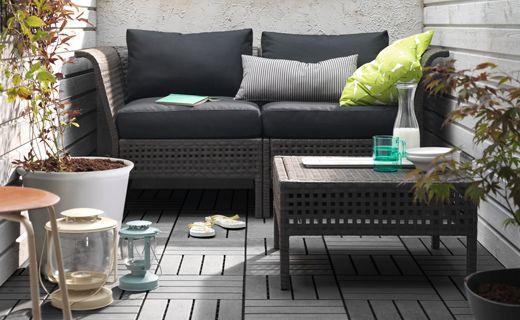 Sofá de exterior de 2 plazas instalado en una pequeña terraza