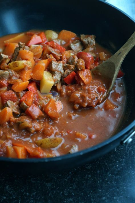 Dejlig krydret gullashsuppe med masser af grønt og skært oksekød. Toppet med creme fraice og purløg. SKøn simreret, se mere på min blog Juliebruun.com