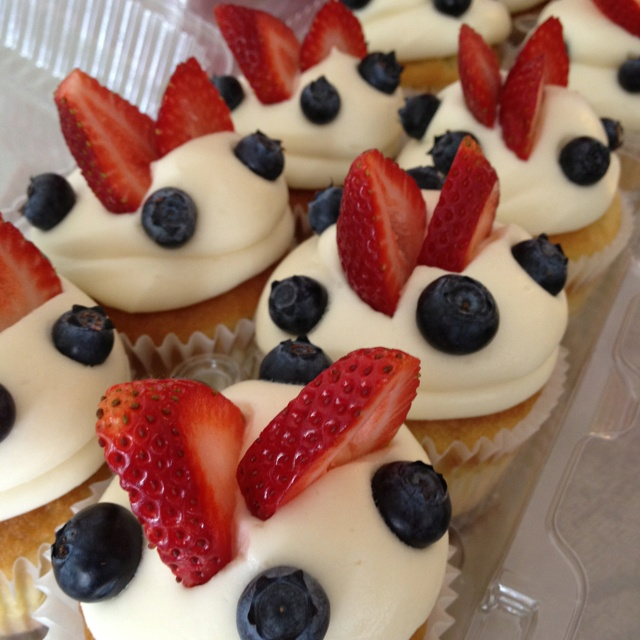 Red, White And Blueberry Cheesecake Yogurt Cupcakes Recipe ...