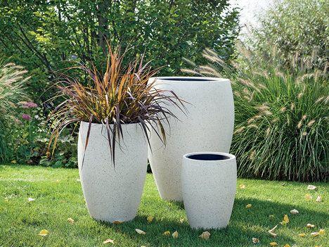 Vysoké vázy připomíná řada květináčů Perschling z polystone, například o průměru 48 cm a výšce 67 cm, cena 2899; Kika Nábytek