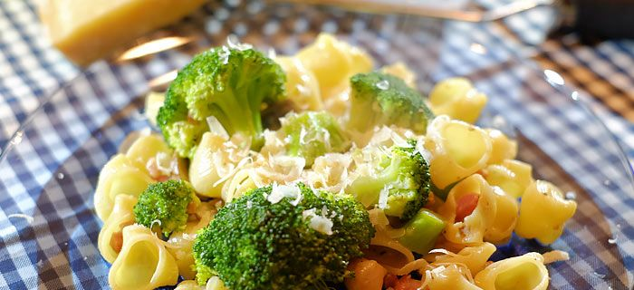 Snelle pasta met broccoli, champignons, spekjes en kip in room