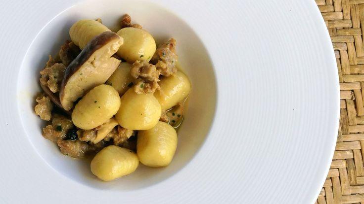 Gnocchi di patate con funghi porcini, salsiccia di prosciutto e zafferano