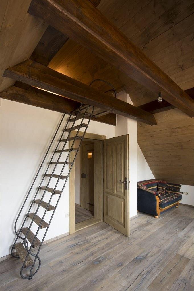 V pokoji pro hosty (nebo pro děti) se skrývá romantická skrýš či hrací koutek, kam lze vystoupat po žebříku.