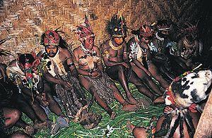 De jagers verzamelaars hadden een natuurgodsdienst ze verklaarden daar mee onbegrijpelijke dingen zoals: magie, goden geesten en ziektes. Ze geloofden daarmee ook in een leven na de dood.