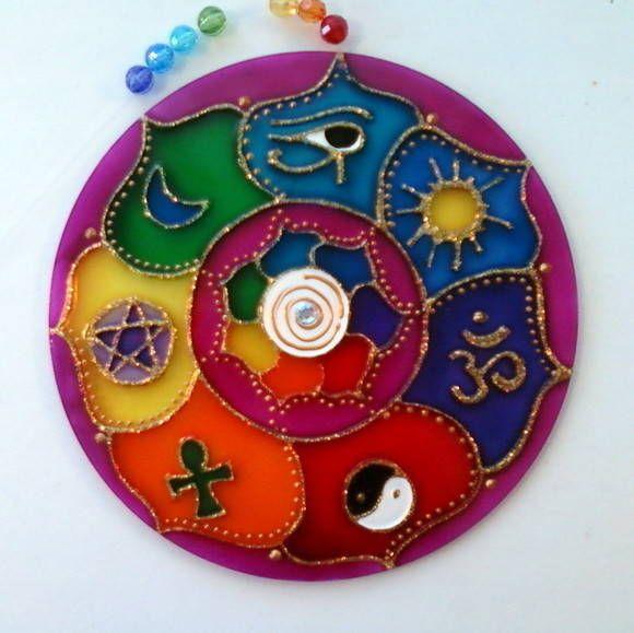 Mandala em acrílico de 15cm de diâmetro, pintura vitral, decorada em ambos os lados.    Mandala 7 amuletos:  1-Olho de hórus: mau olhado  2-Sol: prosperidade e abundancia  3-OM: espiritualidade  4-Yng/Yang: o equilíbrio de todas as coisas  5-Cruz egípcia: vida eterna  6-Estrela: proteção  7-Lua: ...