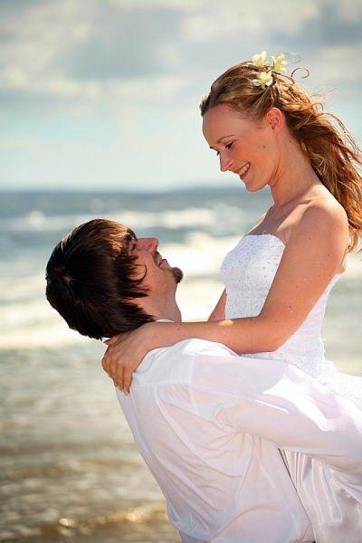 """""""... Dobre małżeństwo to związek dwojga ludzi, którym udało się stworzyć coś trwałego, czego nikt im nie zabierze. Mężczyzna stał się mężem, jest teraz """"mężem swojej żony"""", a kobieta stała się żoną, jest teraz """"żoną swojego męża"""". On i Ona stali się jednością ..."""" o. Mirosław Pilśniak OP  """"Krótka kołdra - o dialogu małżeńskim"""""""