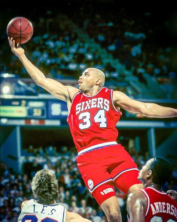 """Charles Barkley - NBA Record  Il 4 Marzo del 1987 Charles Barkley riusciva con la sua immensa """"fame"""" di rimbalzi a portare a casa ben 13 rimbalzi offensivi in appena un tempo di gioco. Complessivamente Barkley concluse quella partita con 28 punti 21 rimbalzi (16 offensivi) 6 assist con il 458% dal campo. Tuttavia non riuscì a portare al successo i suoi Philadelphia 76ers battuti per 102 a 99 dai New York Knicks di Patrick Ewing.  #nba #nbahistory #charlesbarkley #barkley #sircharles…"""