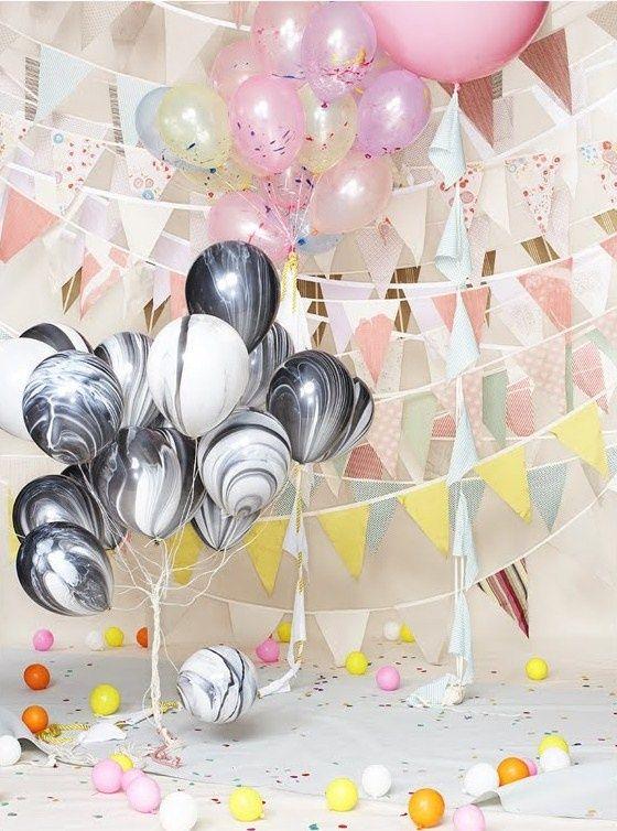 (via marbled balloons | Bubbles ✣ Balloons | Pinterest) Esse balão marmorizado lindo em preto e branco, você encontra no Brasil, na Festeirice: http://festeirice.com.br/balao-11-agate-marmorizado-pretoebranco.html
