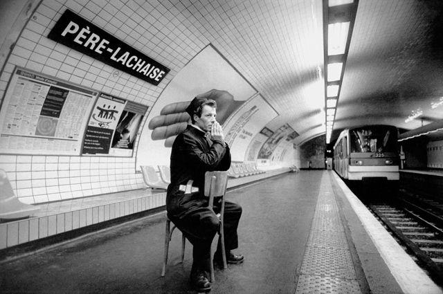 Une excellente série de photographies deJanol Apin, réalisée dans les années 90, qui prend le nom des stations du métro parisien au pied de la lettre avec des mises en scènes drôles et décalées. Une série très bien trouvée