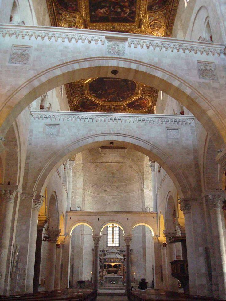 Basilica di  San Nicola, Bari,XI-XII sec. interno.   In pietra a vista, senza decorazioni sovrapposte, presenta elementi architettonici  di derivazione normanna.