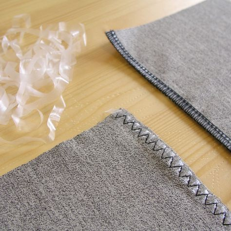 Vamos a conocer uno de los materiales más enigmáticos y desconocidos en la costura: el elástico transparente. Tanto si tenéis una máquina overlock, como si solamente contáis con una máquina plana, los resultados en ambas ¡son geniales!