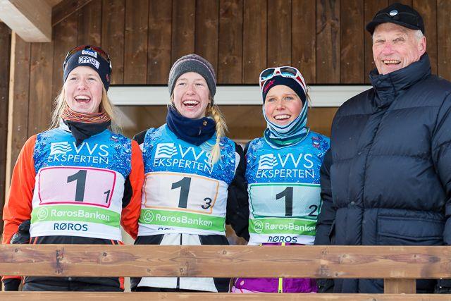 Søstrene Astrid, Silje og Kari Øyre Slind sammen med kong Harald etter stafettseieren for Oppdal under NM på ski på Røros 1. februar i år. (Foto: Erling Pande Braathen)