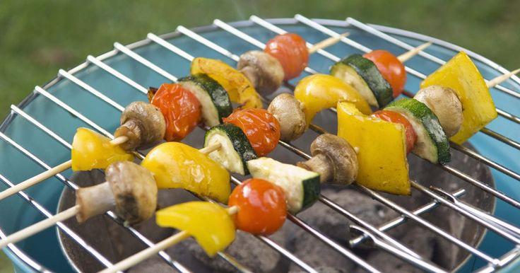 Los 11 mejores vegetales para asar a la parrilla. Puedes asar a la parrilla casi cualquier vegetal; cuando tengas la parrilla lista para la carne o filetes de pescado, puedes añadirle al asado unos pimientos y champiñones portobello para hacer toda una comida sin tener que ensuciar un solo plato.