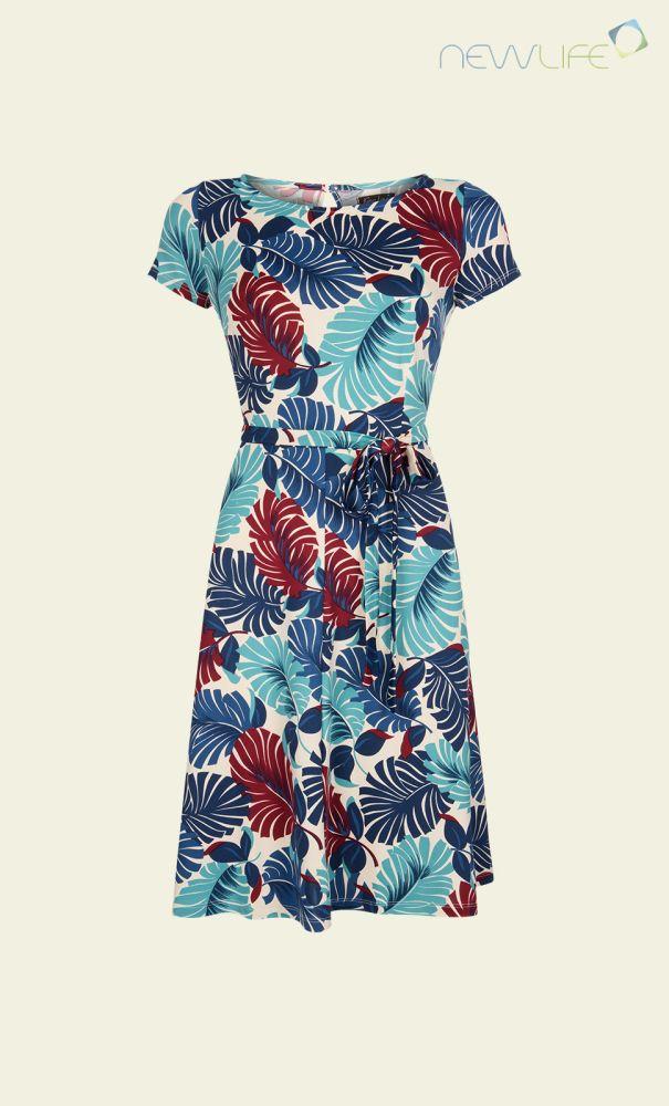 De Betty Dress is vintage inspired, met het strakke bovenlijf en de wijde rok die net boven de heupen begint. De jurk heeft steekzakken en er wordt geleverd met een strikceintuur. De aangename gladde stretchstof zorgt voor extra draagcomfort.