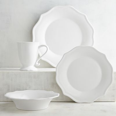 If you have a gathering with Kate, it's a given that you'll impress your guests. Uncomplicated and harmonious, our snow white dinnerware with gently scalloped curves is suitable for everyday or more formal occasions as well.