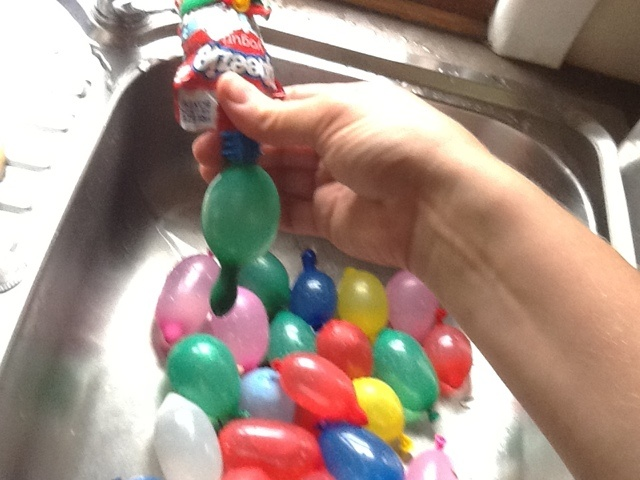 Declutterbug crafts: Filling water balloons when your tap is too big