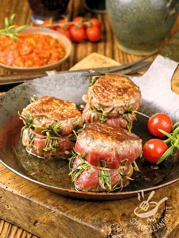 Tournedos of beef with rosemary - I Tournedos di manzo al rosmarino sono una delizia per chi ama la carne. Perfetti per un'occasione speciale, provateli con la salsa all'aceto balsamico. #tournedosdimanzo