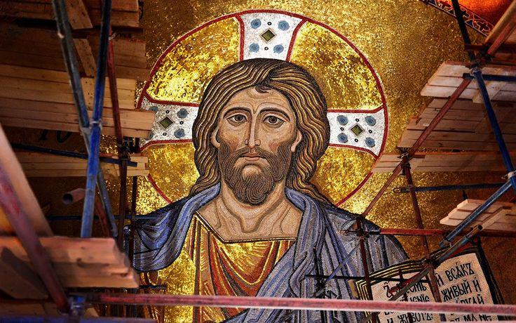 В верхнем приделе Покровского храма, в небесной сфере храмового микрокосма, находятся  изображения священных лиц Христа, Богоматери, Архангелов, которые выполнены в технике Византийской мозаики.