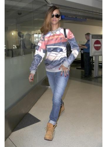 Rihanna    Look de star Boyfriend    Rihanna opte pour un look casual boyfriend pour prendre l'avion, qui lui va si bien.