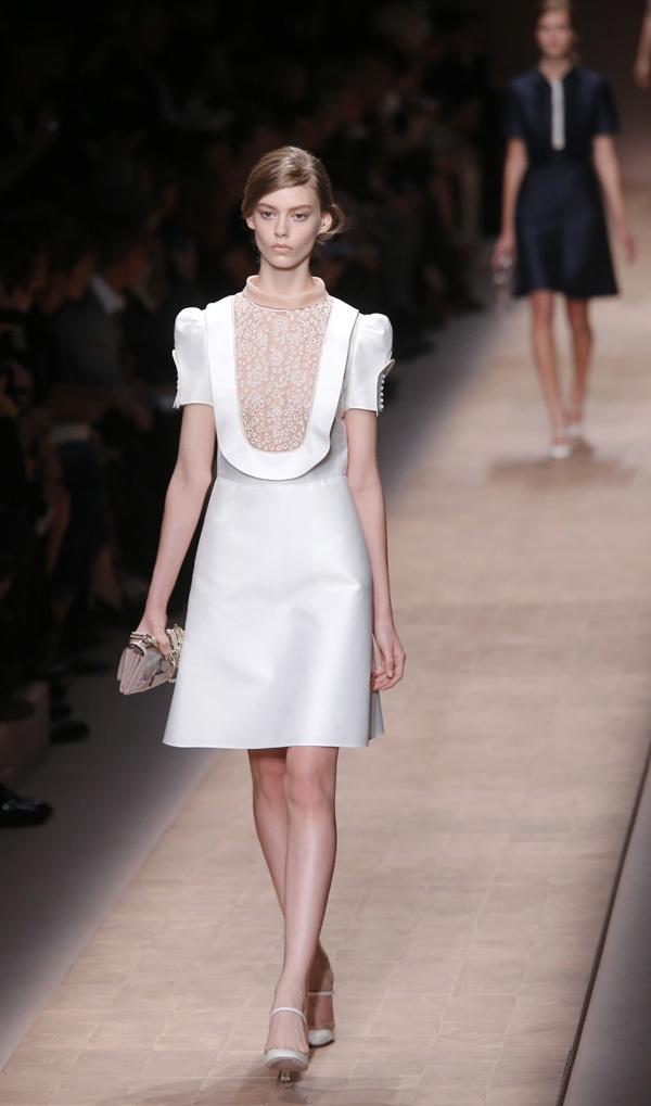 Desfile da nova colecção 2012-2013 de Valentino, na Semana da Moda de Paris. #casamento #vestidos #brancos
