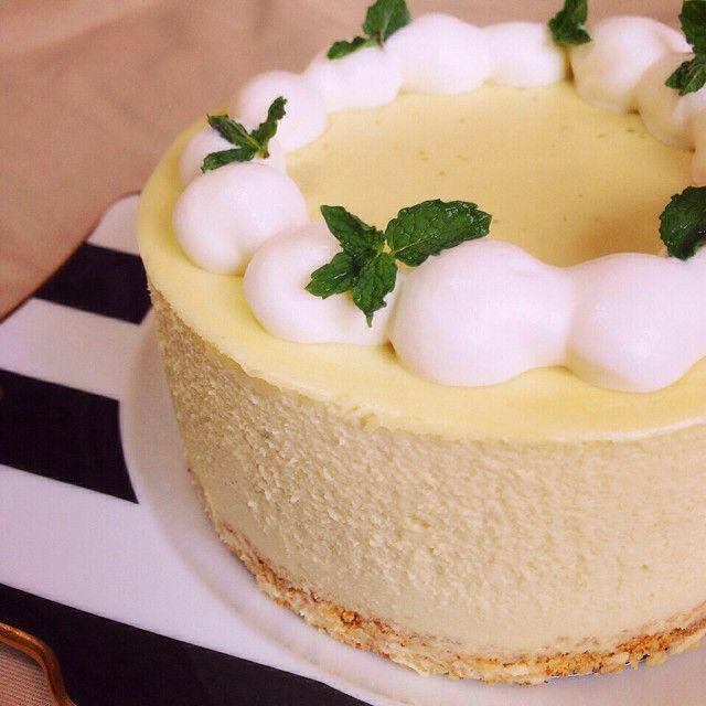 濃厚ヘルシー♡大人のアボカドチーズケーキ 新定番美肌スイーツ・アボカドレアチーズケーキ。バターの代わりにアボカドの良質な油を使用し、濃厚でなめらかな口溶けに。 材料 (15cm丸型) ■ 土台 クラッカーまたはビスケット 50g 溶かしバター 25g ■ ケーキ生地 アボカド 1個 クリームチーズ 120g 生クリーム 1パック(200cc) レモン汁 大さじ1 ☆砂糖 70g ☆卵 1個 ☆バニラエッセンス 数滴 白ワイン(または水) 50cc 粉ゼラチン 7g ■ トッピング 生クリーム 適宜(上記の残りでOK) 砂糖 大さじ1/2 ミントの葉 適宜