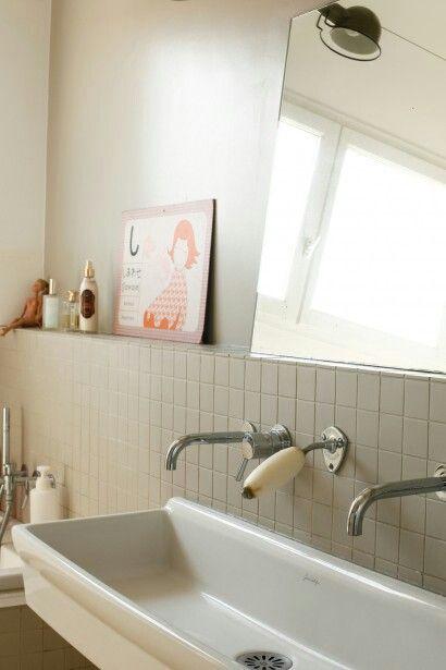 Un lavabo de salle de bains rétro qui plaira aux enfants et rappellera aux plus grands leurs jours d'école