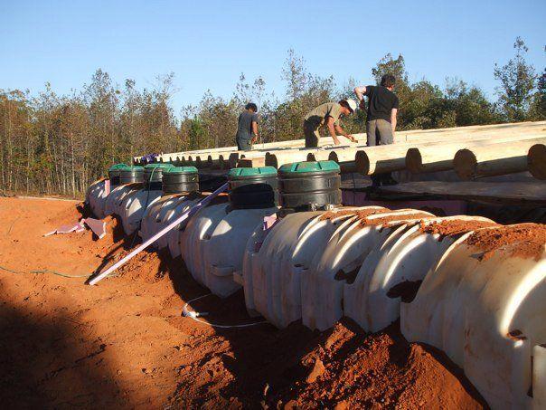Las earthship un tipo de casas construidas a base de materiales de reciclaje y, en particular, con neumáticosusados de vehículos rellenos ...