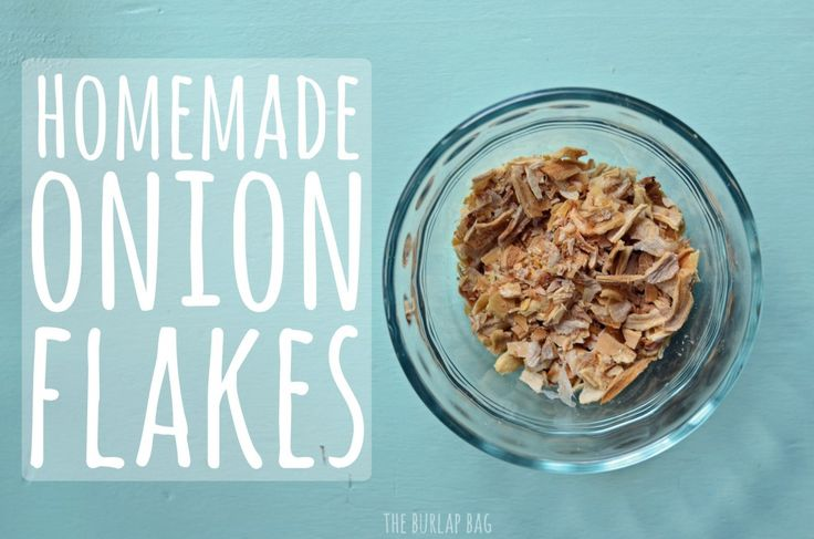 what a great idea. make homemade onion flakes and homemade garlic powder with your dehydrator. why didn't I think of that?-from The Burlap Bag