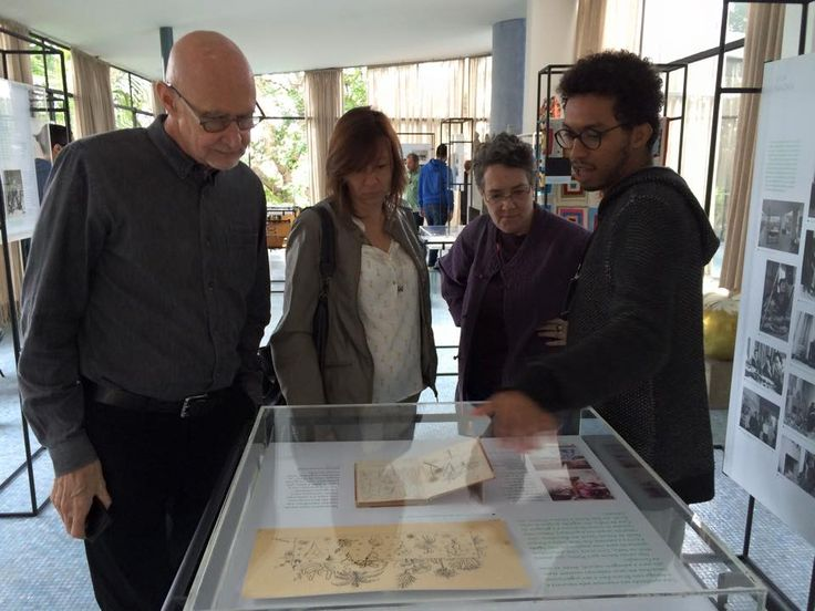 Douglas Crimp, Sylvia Furegatti, Monica Nador e monitor da Casa diante de uma das vitrines com desenhos de Lina