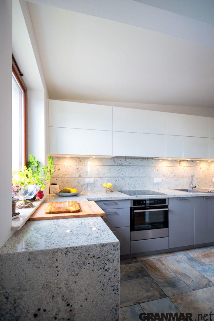 Kolorystyka granitu Colonial White jest subtelna i jasna.  Na zdjęciu blat kuchenny z tego kamienia wykonany przez nas GRANMAR.net
