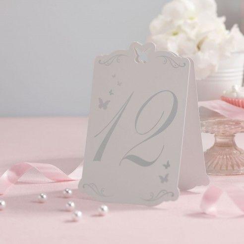 Met deze set van 12 kaartjes met de nummers van 1 - 12 gaan de gasten makkelijk hun tafel vinden. De kaartjes zet je gewoon op tafel. De kaartjes zijn wit en de nummers en de vlinders zijn in het zilver. Bovenaan het kaartje is er een vlinder uitgesneden. Combineer deze tafelnummers met de naamkaartjes in de vorm van een vlinder en u zit gelijk in hetzelfde thema.
