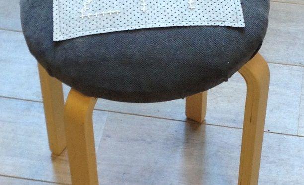Borduren: Ikea kruk bekleden en borduren. Nu op www.crazysewingmom.com