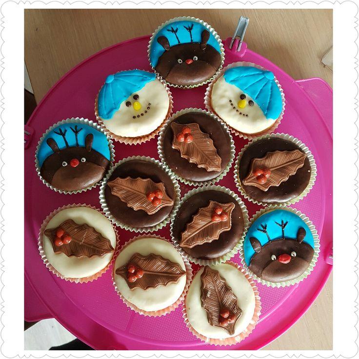 Cupcakes versiert met chocoladefondant voor de kerst