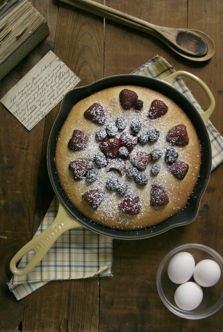 Spring Berry Cake Skillet from Crunchy Creamy Sweet: http://crunchycreamysweet.com/