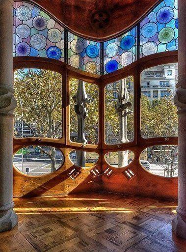 Casa Batlló.Paseo de Gracia,43 Barcelona.Edificio reformado por entero por Gaudí entre 1904 y 1906 en Barcelona para a familia Batlló. De esta obra se desprende una indefinible sensación de ligereza a pesar de la abundancia de las formas y de los motivos. Esta fachada ondulada presenta en la primera planta una veranda de estructura de piedra cuyas columnas enmarcan hermosas ventanas decoradas con vidrieras.