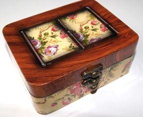 Houten souvenirdoos om uw kostbare geschenken of souvenirs in op te bergen. Afm.:145 x 115 x 60 mm.
