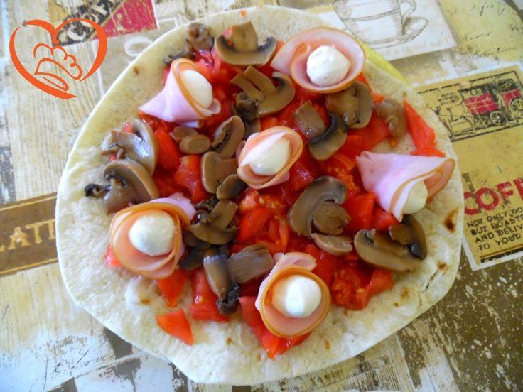 Piadapizza estiva prosciutto & funghi http://www.cuocaperpassione.it/ricetta/d3361f4c-9f72-6375-b10c-ff0000780917/Piadapizza_estiva_prosciutto__funghi